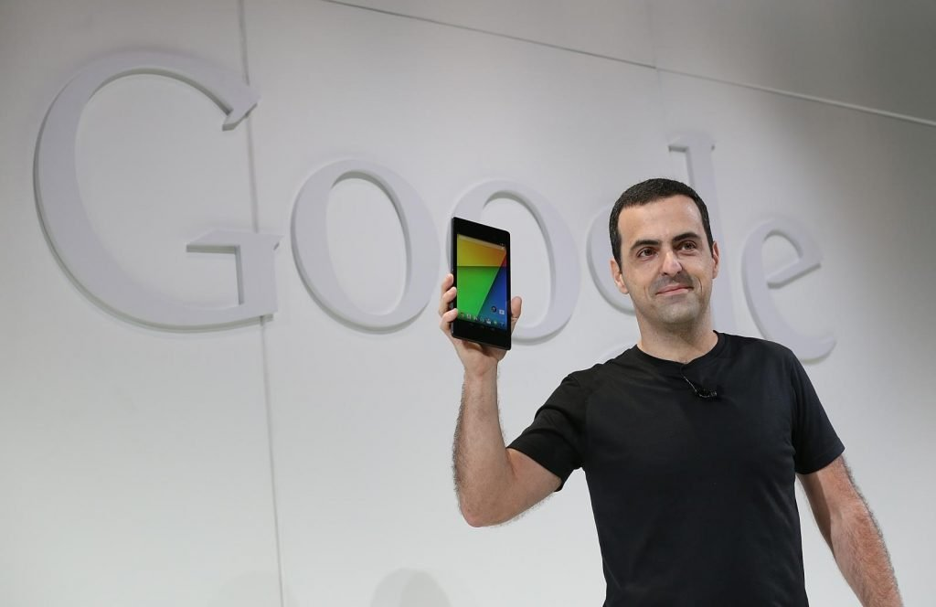 Hugo-Barra-holds-second-gen-Nexus-7