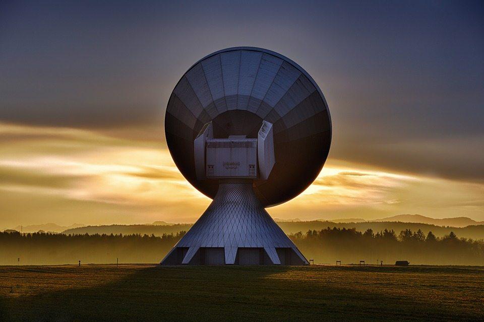 satelit - Signály z hlbokého vesmíru, ktoré sa opakujú každých 16 dní, môžu pochádzať od mimozemšťanov, tvrdí profesor z Harvardu - Fontech