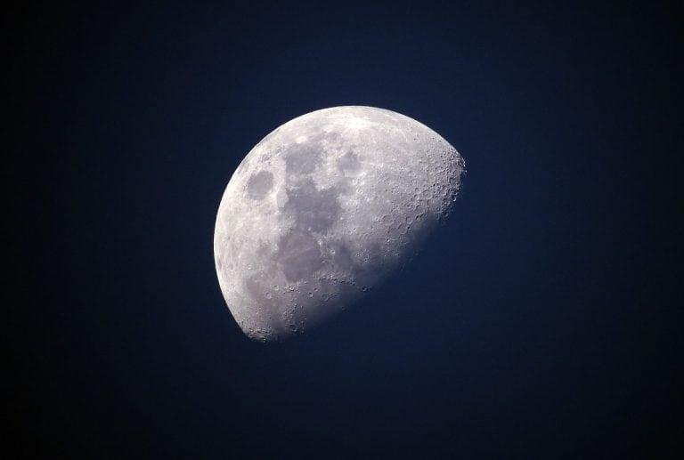 Mesiac opäť prekvapuje, má neviditeľný chvost podobný kométe. Ako ho uvidíme a čo obsahuje?