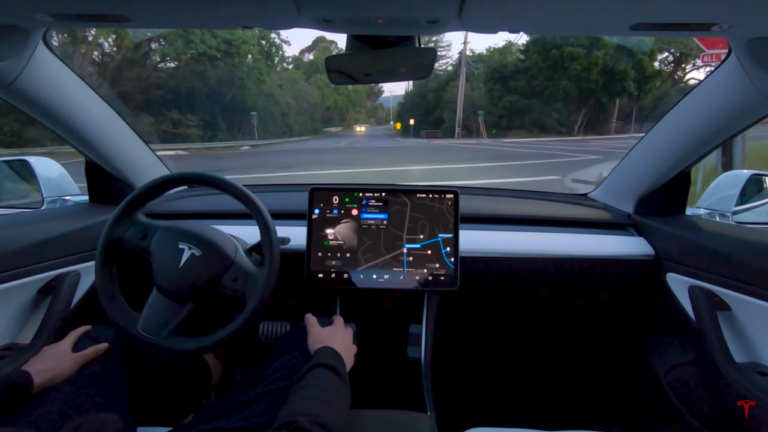Čísla hovoria jasne, autopilot Tesly je spoľahlivejší, než ľudský vodič