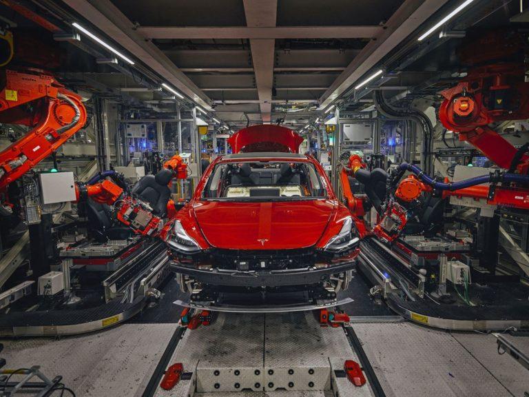 Revolučná náhrada Tesly za robotov pri výrobe už funguje. Takto vyzerá konštrukcia bez zvarov