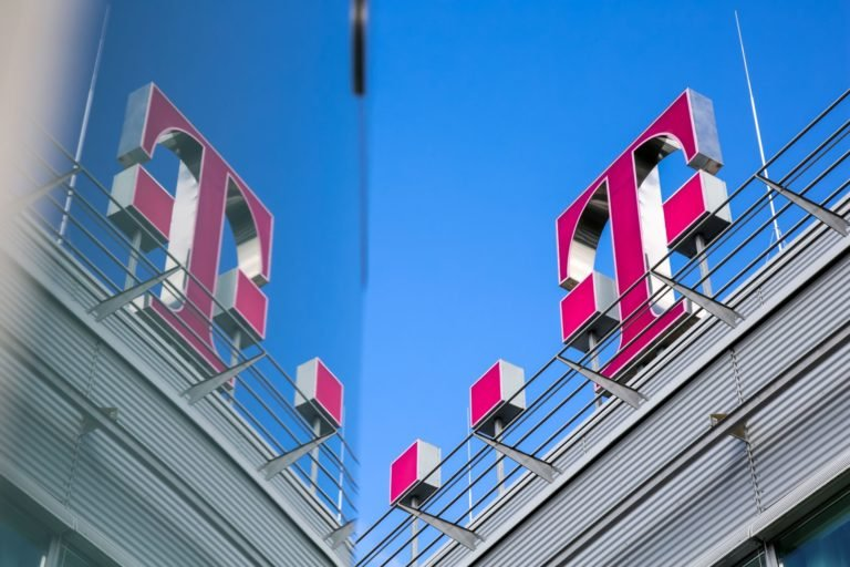 Telekom čelil mastným pokutám od úradov. Súd rozhodol o ich zaplatení