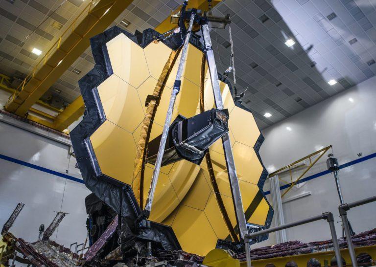 """Posledná etapa pred roztiahnutím """"krídel"""". Teleskop Jamesa Webba prešiel ďalšími dôležitými skúškami, už je takmer pripravený"""
