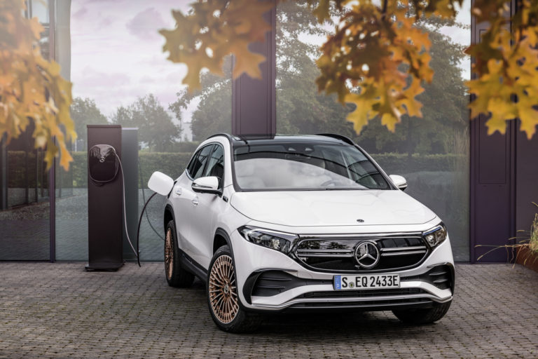 Najlacnejší elektromobil od Mercedesu predstavený. Prívítaj model EQA - toto je všetko, čo ponúka