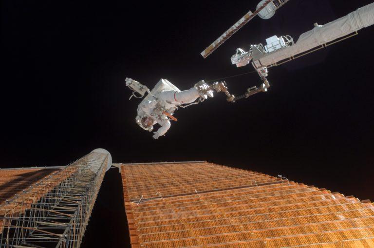 """ISS dochádza """"šťava"""". Dostane úplne nové solárne panely. Ako ich namontujú a koľko energie dodajú?"""
