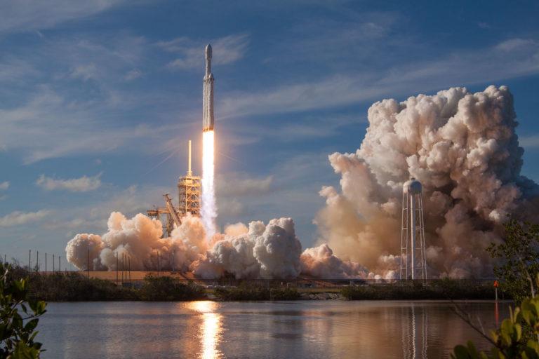 SpaceX testuje majestátny Falcon Heavy. Znova poletí už v lete, aká bude jeho misia? (+nové fotky z príprav)