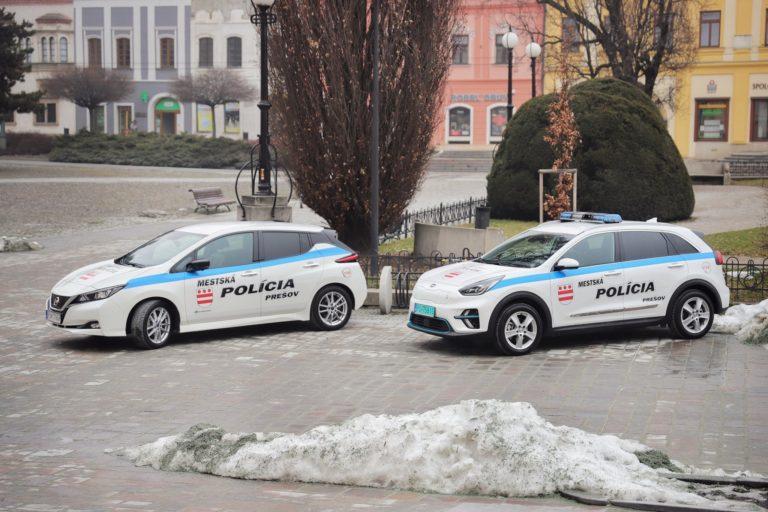 Ďalšie slovenské mesto inovuje, mestskí policajti dostali elektromobil za vyše 40 000 €