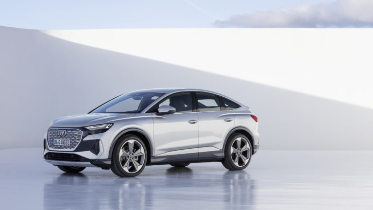Koncernová trojička kompletná. Audi predstavilo Q4 e-tron, luxusného bratranca Škody Enyaq a ID.4, ktorý cenou milo šokuje