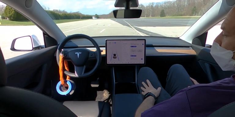 Oklamať autopilota Tesly o prítomnosti vodiča je ľahšie, než sa zdá. Stačí na to malá váha na volante