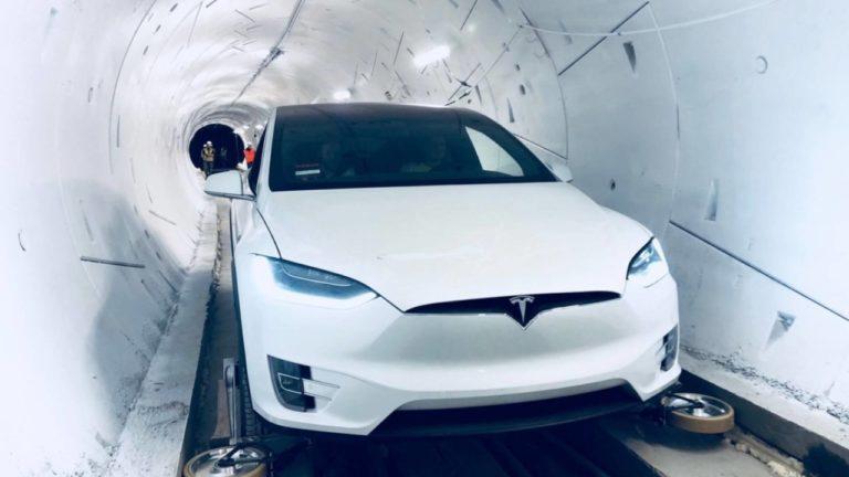 VIDEO: Elon Musk konečne ukázal, ako vyzerá preprava ľudí na Teslách revolučným tunelom pod Las Vegas