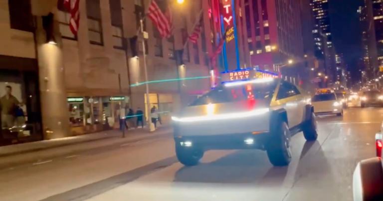 Znovu na verejnosti: Tesla Cybertruck sa premávala po New Yorku, jazdou porušila zákony