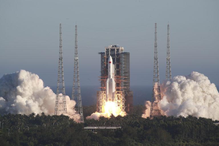 Američania ju nezostrelia a máme video, ako sa rúti z vesmíru. 20-tonová čínska raketa sa vymkla spod kontroly, Zem zasiahne už čoskoro
