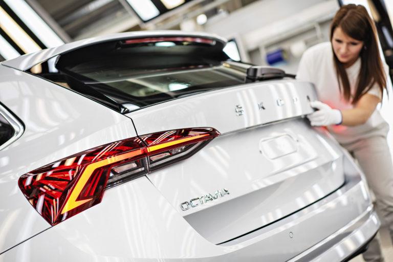 Škoda trpí, postihla ju globálna kríza. Nedokončené autá končia z výroby priamo na letisku