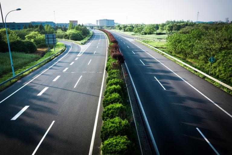 Chystá sa revolúcia. Diaľnice so špeciálnym betónom nabijú elektromobil priamo počas jazdy